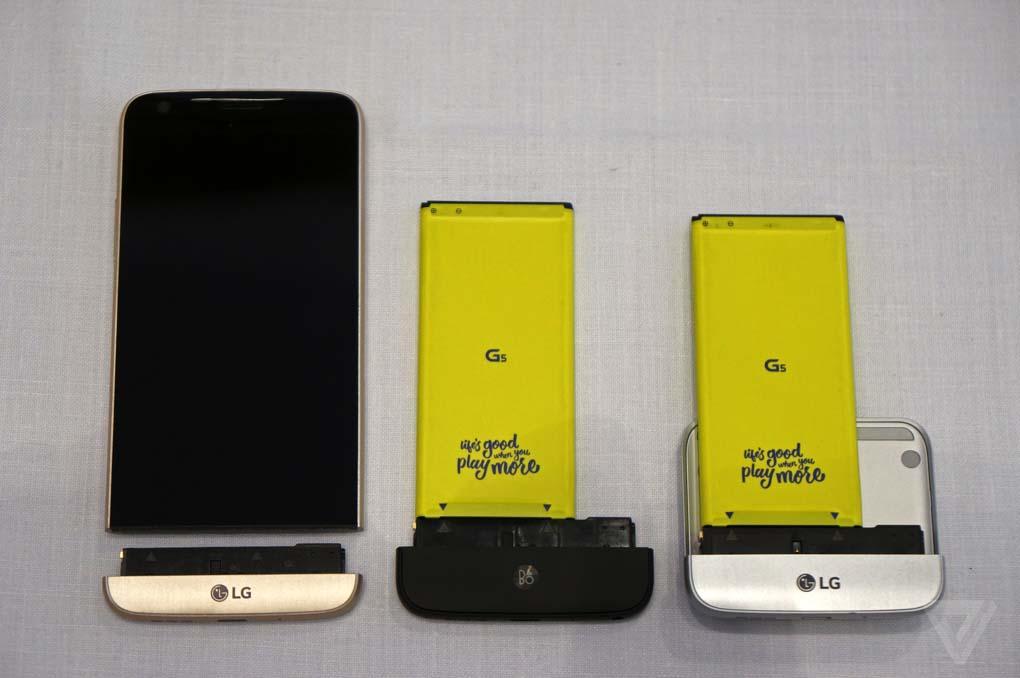 I moduli per LG G5. A sinistra quello classico, al centro il DAC Hi-Fi B&O, a destra il modulo fotocamera con i comandi e batteria aggiuntiva