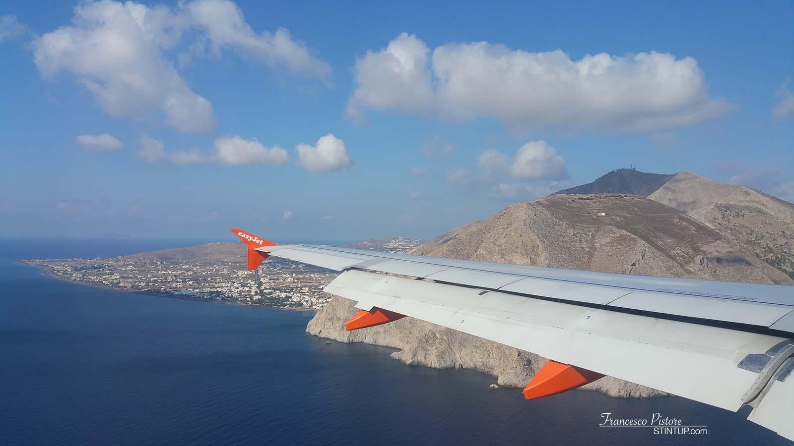 Atterraggio a Santorini. Sulla sinistra Perissa