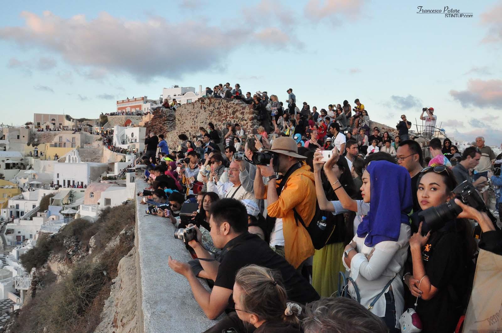 Persone in attesa del tramonto a Oia, Santorini.