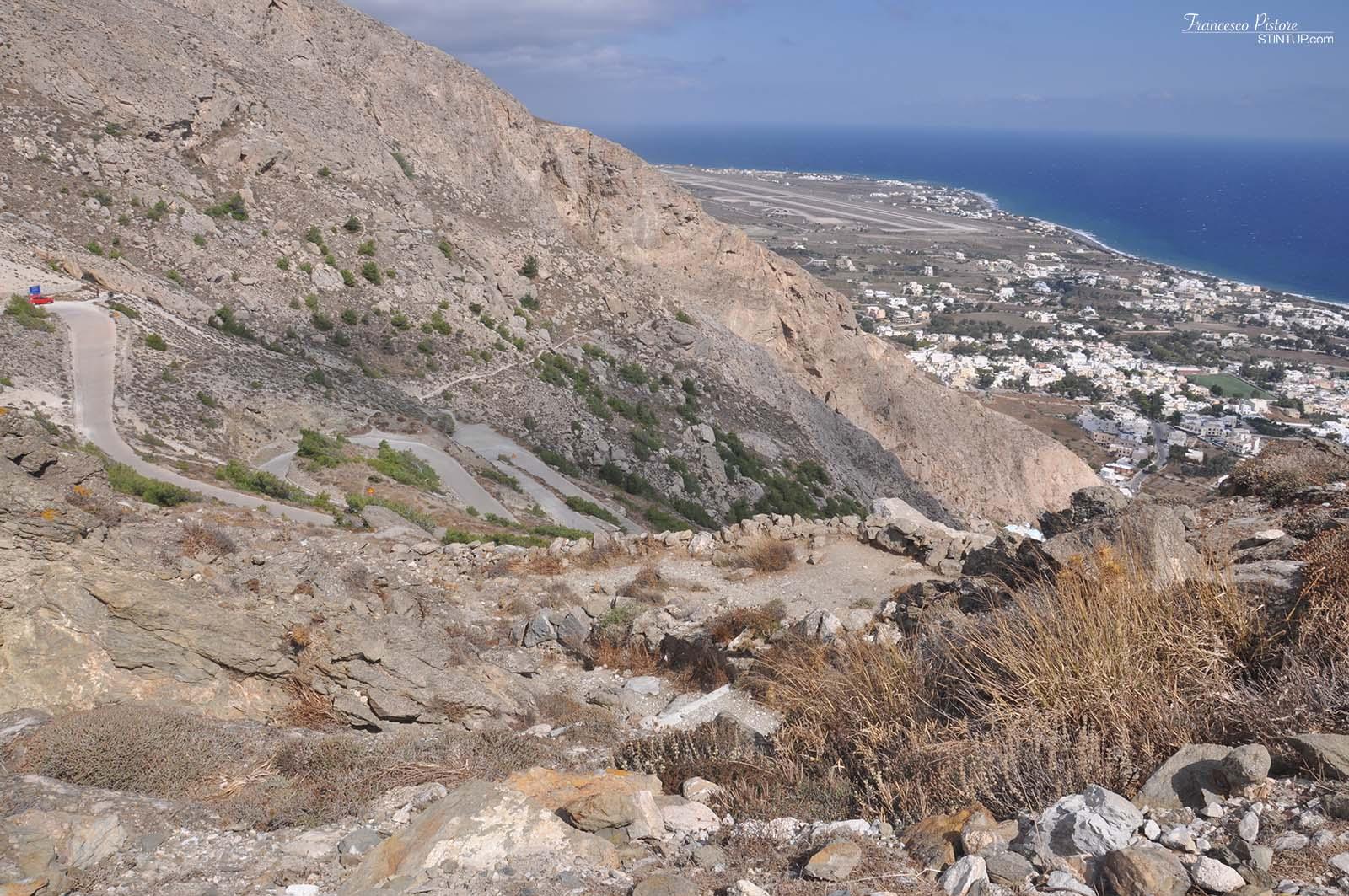 Panorama da Ancient Thira. Si notano Kamari sullo sfondo e i tornanti della mulattiera che portano su alla città vecchia