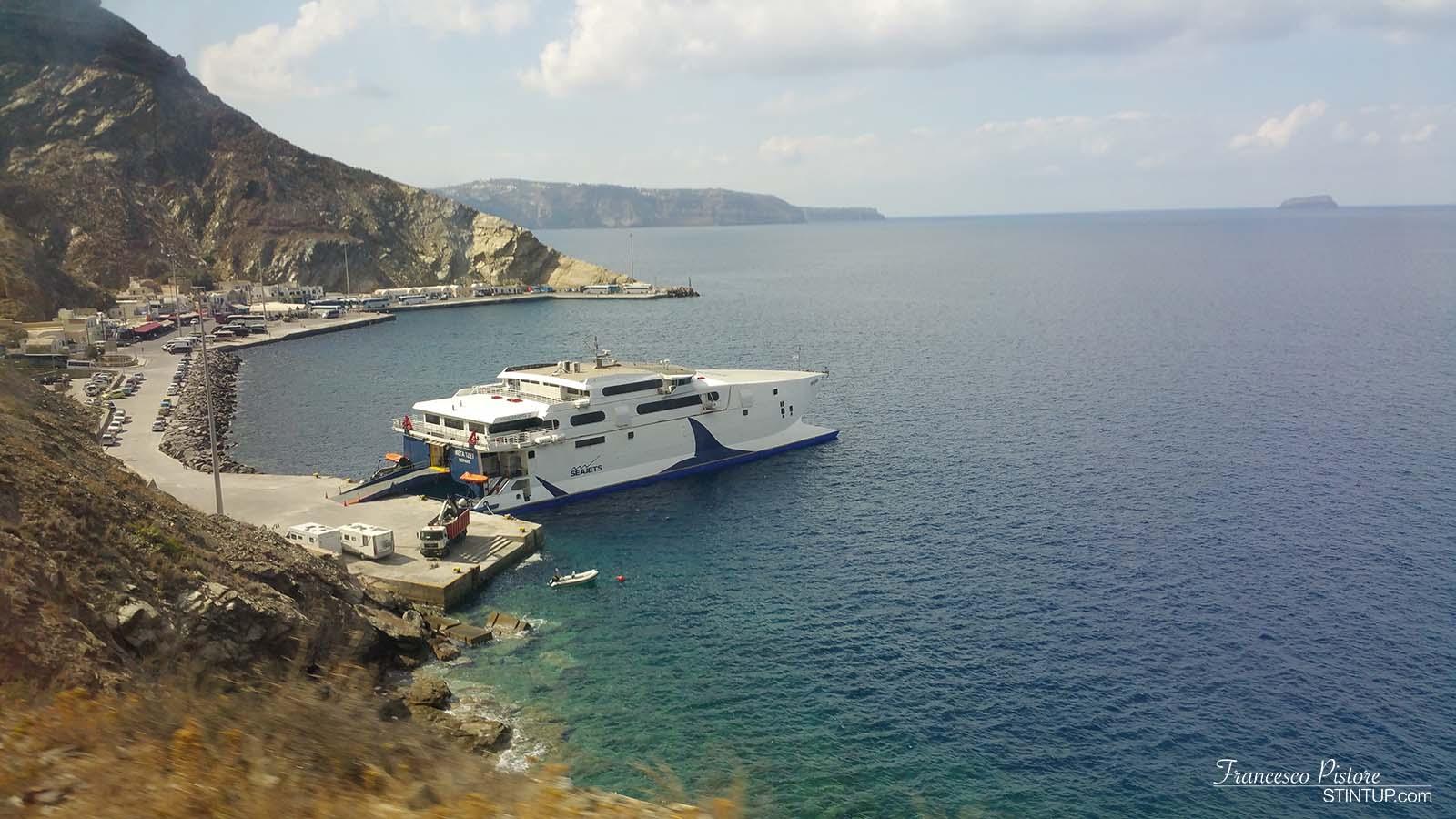 isola di Ios. Uno degli aliscafi in partenza da Santorini