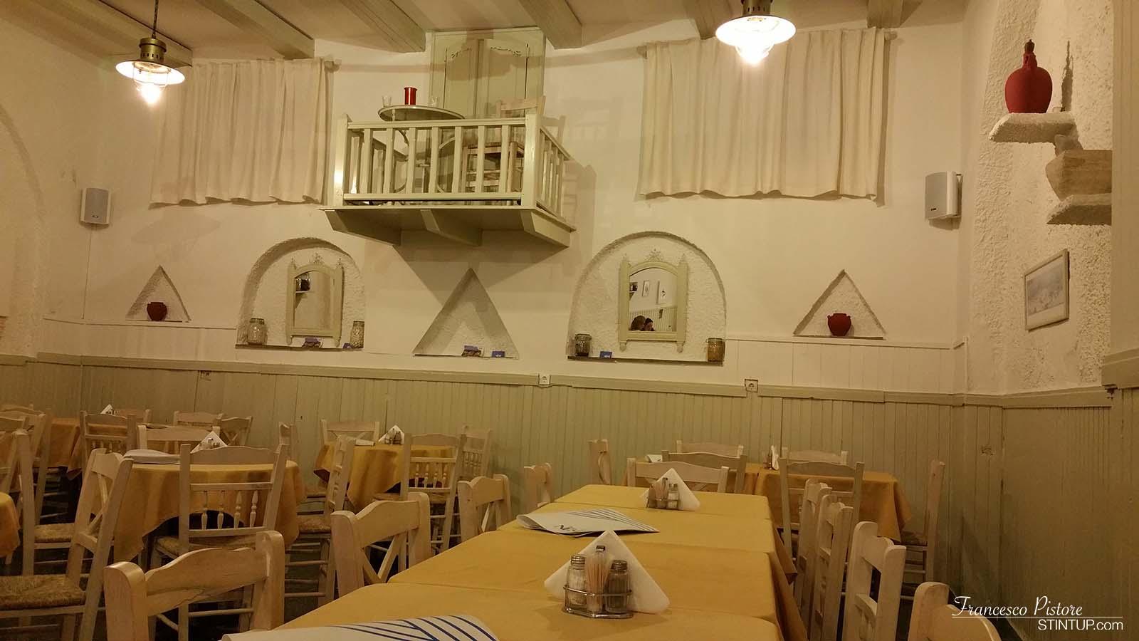isola di Ios. L'interno del ristorante TheNest