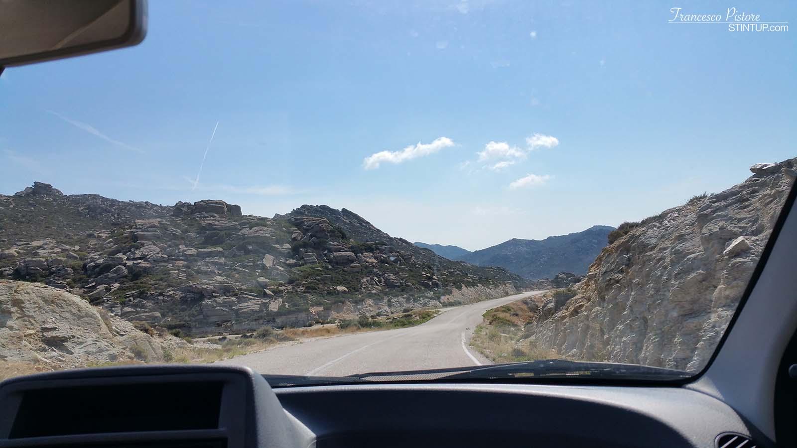 La strada che porta a Maganari, isola di Ios