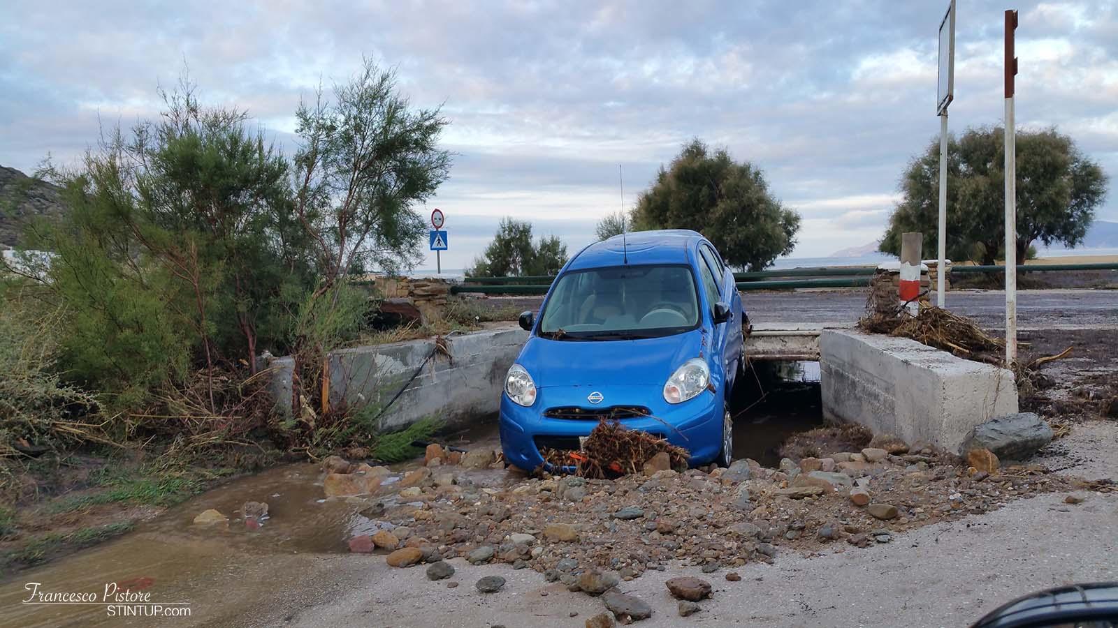 La povera macchina parcheggiata di fronte all'hotel e trascinata dall'acqua sino alla spiaggia