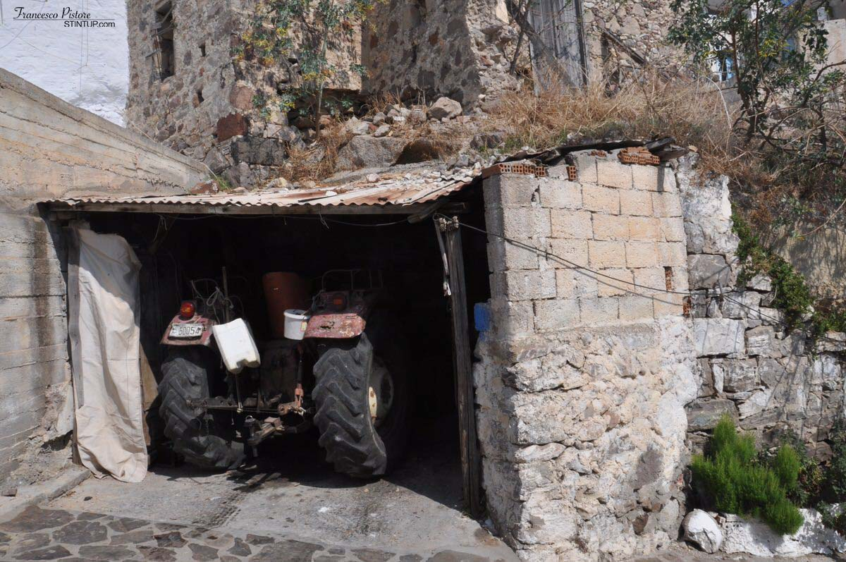 Milos. Vecchio trattore a Tripiti, tutti mezzi che usano tutt'oggi