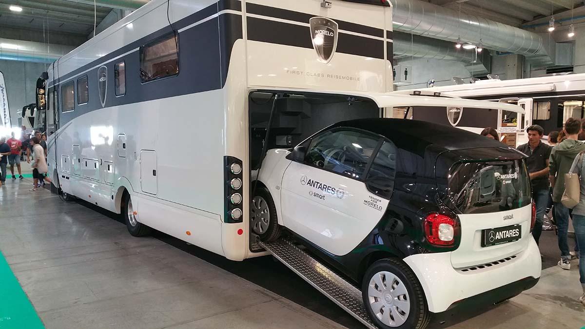 Il garage posteriore ospita tranquillamente una vettura delle dimensioni di una Smart