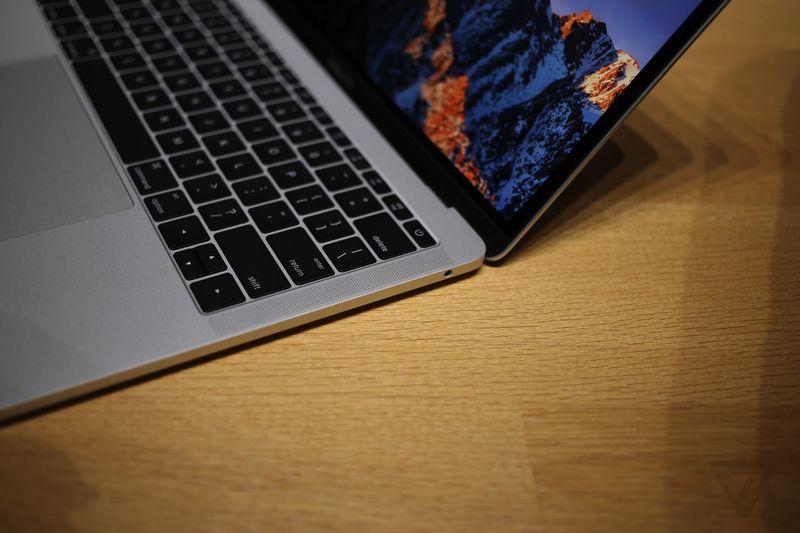 """Il nuovo MacBook Pro 13"""" base gamma, con la tastiera che mantiene i classici tasti funzione fisici"""